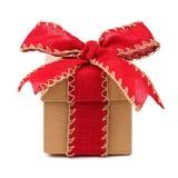 Caixa de presente de Brown com curva vermelha e fita isolada no branco imagens de stock