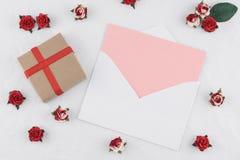 A caixa de presente de Brown e o cartão cor-de-rosa no branco envolvem Imagem de Stock