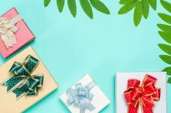 Caixa de presente colorida no fundo verde Fotografia de Stock Royalty Free