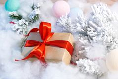 A caixa de presente com a árvore vermelha da curva e de Natal brinca Foto de Stock
