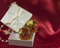 Caixa de presente com as decorações do Natal do cilindro do brinquedo Foto de Stock Royalty Free