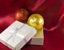 Caixa de presente com as esferas da decoração do Natal Foto de Stock