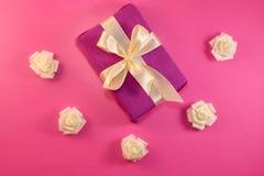 Caixa de presente com as flores cor-de-rosa no fundo cor-de-rosa Configuração lisa fotografia de stock