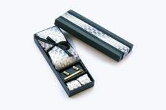 Caixa de presente com botão de punho, laço e grampo de laço, lenço Fotografia de Stock Royalty Free