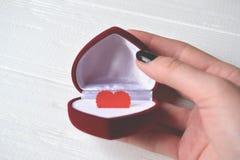 Caixa de presente com coração do amor na mão da mulher Coração verde estilizado da ilustração do vetor Imagens de Stock Royalty Free