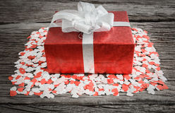 Caixa de presente com corações pequenos Fotografia de Stock