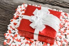 Caixa de presente com corações pequenos Fotos de Stock Royalty Free