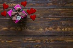 Caixa de presente com corações vermelhos pequenos Imagem de Stock Royalty Free