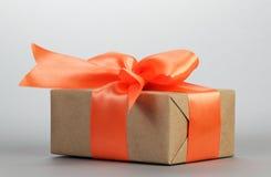 Caixa de presente com curva alaranjada Fotos de Stock