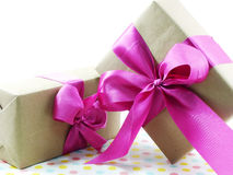 Caixa de presente com curva cor-de-rosa da fita Imagem de Stock Royalty Free