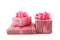 Caixa de presente com a curva cor-de-rosa isolada no fundo branco Imagem de Stock