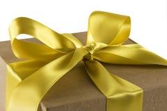 Caixa de presente com curva do ouro Fotografia de Stock Royalty Free