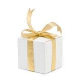 Caixa de presente com curva dourada da fita no branco Fotografia de Stock