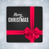 A caixa de presente com curva e fita vermelhas realísticas para o Feliz Natal e o ano novo projetam Foto de Stock