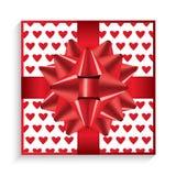 Caixa de presente com curva, a fita e corações vermelhos Foto de Stock Royalty Free