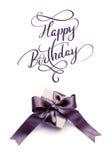 Caixa de presente com curva marrom em um feliz aniversario branco do fundo e do texto Rotulação da caligrafia Foto de Stock Royalty Free
