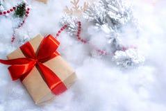 Caixa de presente com curva vermelha no branco Imagem de Stock Royalty Free