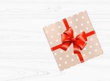 Caixa de presente com curva vermelha no fundo de madeira branco Vista superior Imagem de Stock