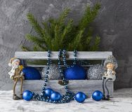 Caixa de presente com decoração imagens de stock royalty free