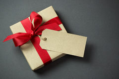 Caixa de presente com Empty tag Fotografia de Stock Royalty Free