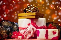 Caixa de presente com esferas do Natal Fotografia de Stock