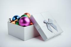 Caixa de presente com esferas do Natal Imagem de Stock