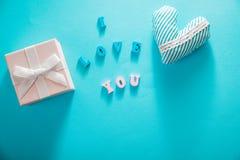 Caixa de presente com eu te amo rotulação no fundo azul Conceito do dia do ` s do Valentim Imagem de Stock Royalty Free