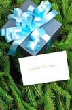 Caixa de presente com fita azul e cartão de Natal Fotografia de Stock