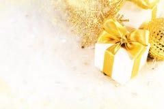 Caixa de presente com fita dourada Fotografia de Stock