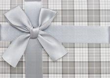 Caixa de presente com fita e curva de prata imagem de stock