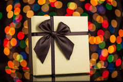 Caixa de presente com fita e luzes, concepção do Natal Foto de Stock Royalty Free