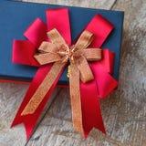 Caixa de presente com a fita no fundo de madeira Fotos de Stock Royalty Free