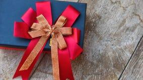 Caixa de presente com a fita no fundo de madeira Foto de Stock Royalty Free