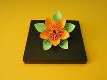Caixa de presente com flor do origami imagens de stock
