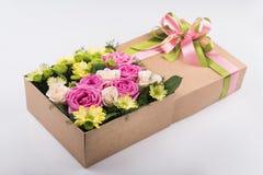 Caixa de presente com flores Foto de Stock