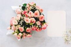 Caixa de presente com flores cor-de-rosa e o cartão vazio imagem de stock royalty free