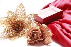 Caixa de presente com flores douradas Imagem de Stock Royalty Free
