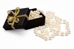Caixa de presente com grânulos da pérola Imagens de Stock