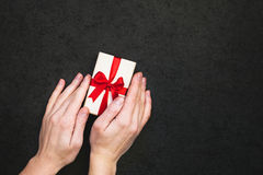 Caixa de presente com mão Imagem de Stock