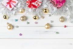 Caixa de presente com o sino e a bola pequenos coloridos do Natal Foto de Stock Royalty Free