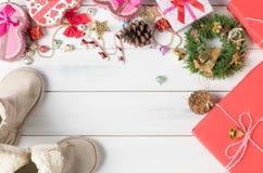 Caixa de presente com o sino e a bola pequenos coloridos do Natal Imagem de Stock Royalty Free