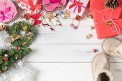 Caixa de presente com o sino e a bola pequenos coloridos do Natal Foto de Stock