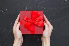 Caixa de presente com uma curva vermelha fotografia de stock royalty free