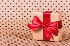 Caixa de presente com uma curva vermelha Presente com fita vermelha imagens de stock royalty free
