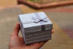 Caixa de presente com uma fita sobre imagens de stock royalty free