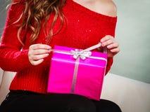 Caixa de presente cor-de-rosa atual de abertura da menina imagens de stock royalty free