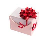 Caixa de presente cor-de-rosa com fita e curva vermelhas Fotografia de Stock Royalty Free