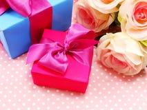 Caixa de presente cor-de-rosa e azul no fundo doce do às bolinhas Fotos de Stock Royalty Free