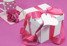 Caixa de presente cor-de-rosa e branca bonita atual com caneca de café Fotografia de Stock Royalty Free