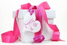 Caixa de presente cor-de-rosa e branca bonita atual no fundo branco Fotos de Stock Royalty Free